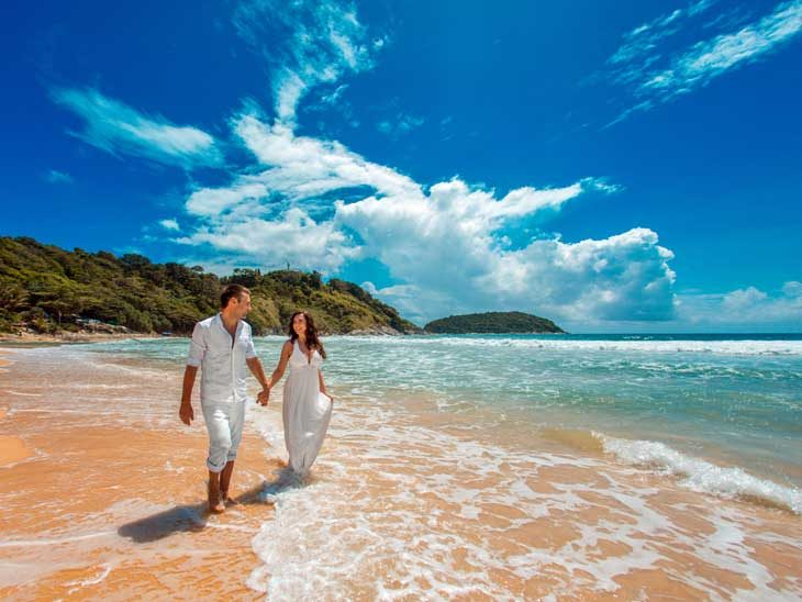 Wedding couple on tropical beach.